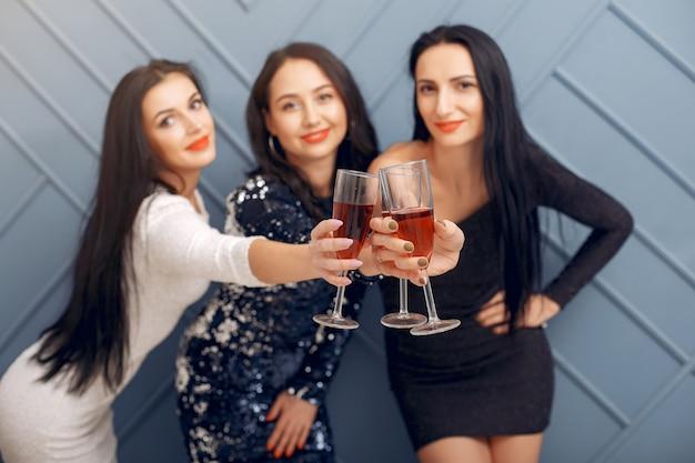Elegante meisjes vieren in de studio Gratis Foto