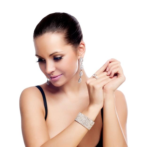 Elegante modieuze vrouw met zilveren sieraden Premium Foto