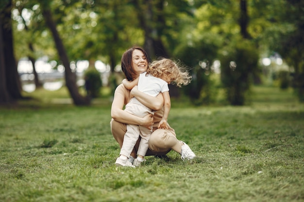 Elegante moeder met dochter in een de zomerbos Gratis Foto