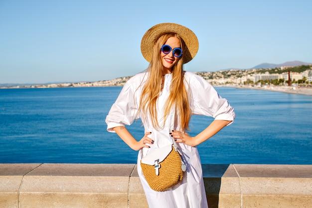 Elegante mooie blonde model poseren op gezichtspunt van nice frankrijk, stijlvolle zomer outfit dragen Gratis Foto