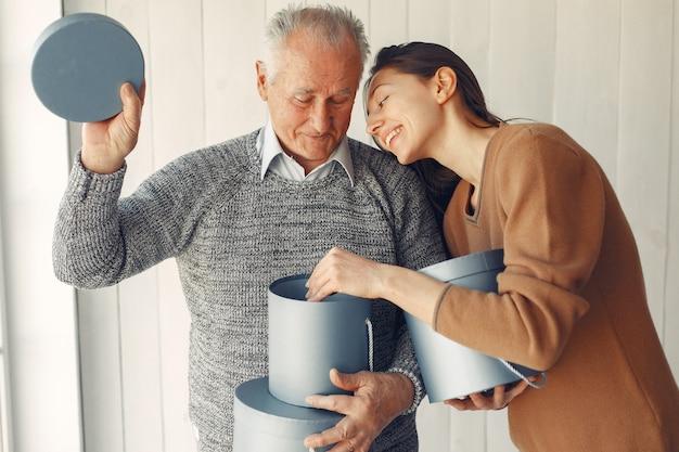 Elegante oude man die thuis staat met zijn kleindochter Gratis Foto