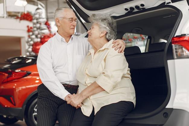 Elegante oude paar in een auto salon Gratis Foto