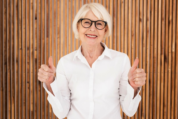 Elegante oude vrouw met bril Gratis Foto