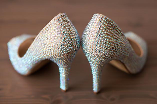 Elegante trouwschoenen met gekleurde strass steentjes Premium Foto
