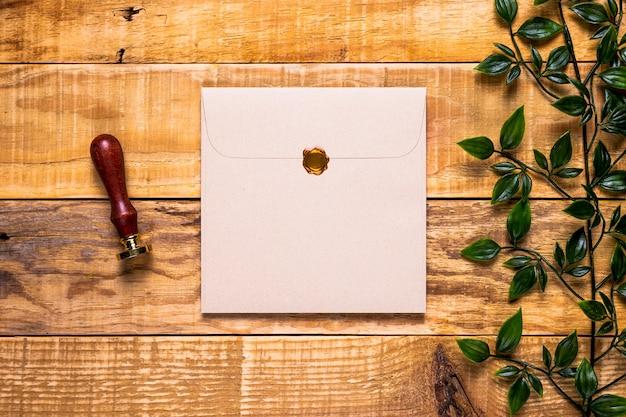 Elegante uitnodiging op houten achtergrond Gratis Foto
