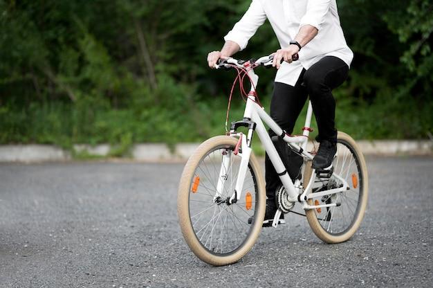Elegante volwassen mannelijke fietsten buitenshuis Premium Foto