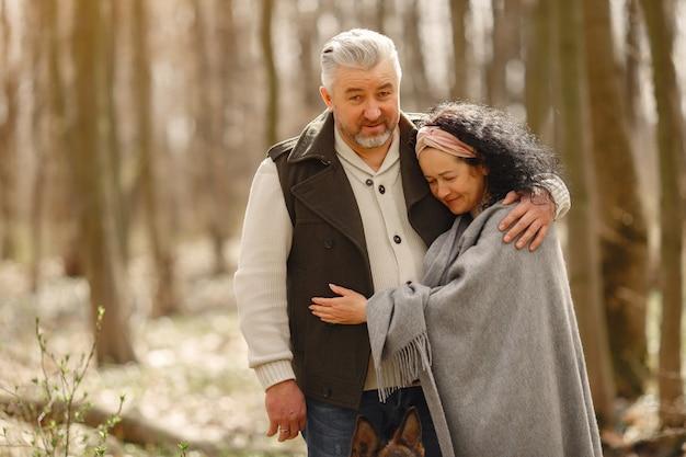 Elegante volwassen paar in een voorjaar bos Gratis Foto