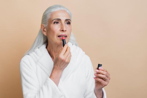 Elegante volwassen vrouw met lippenstift Gratis Foto
