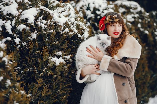 Elegante vrouw in een lange witte jurk Gratis Foto