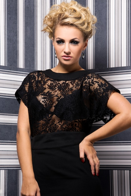 Elegante vrouw in zwarte jurk Gratis Foto