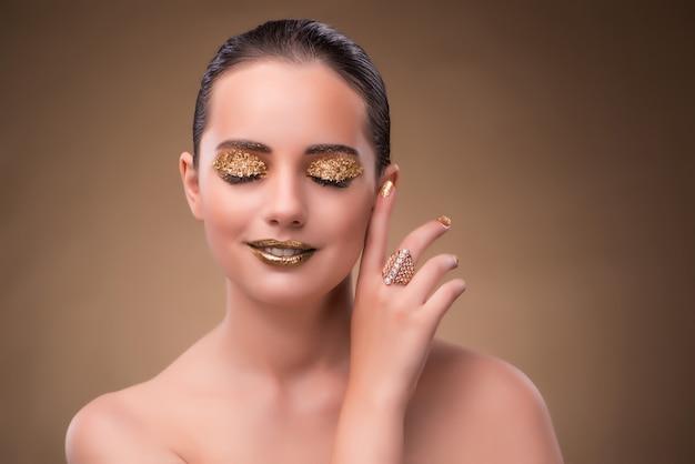 Elegante vrouw met juwelen in manierconcept Premium Foto
