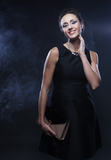 Elegante vrouw met zwarte jurk Premium Foto