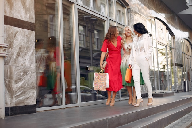 Elegante vrouwen met boodschappentassen in een stad Gratis Foto