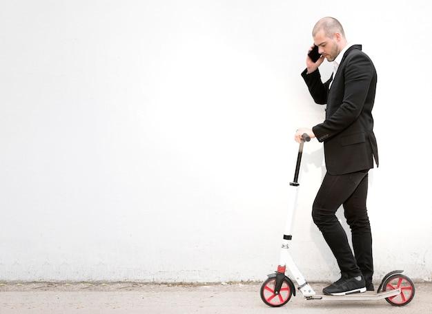 Elegante zakenman praten aan de telefoon Gratis Foto