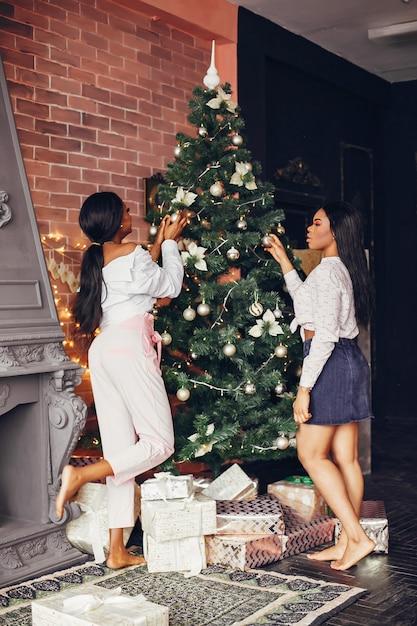 Elegante zwarte meisjes in de kerstversiering Gratis Foto