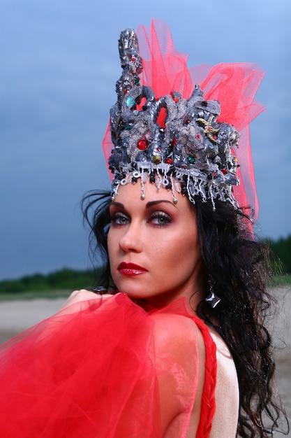Elegent mooie vrouw met kroon Gratis Foto