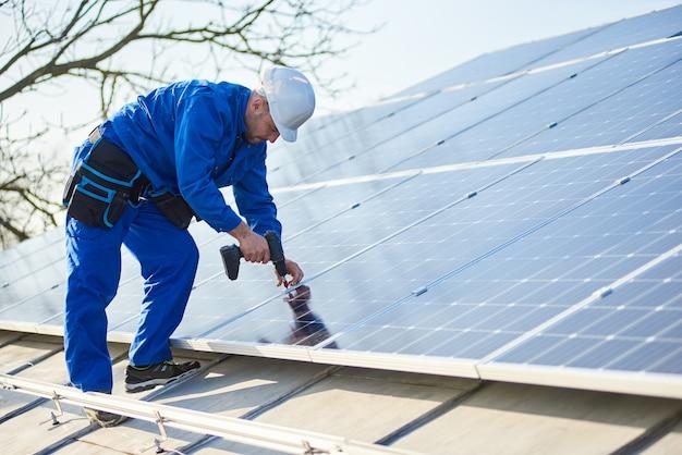 Elektricien montage zonnepaneel op dak van modern huis Premium Foto