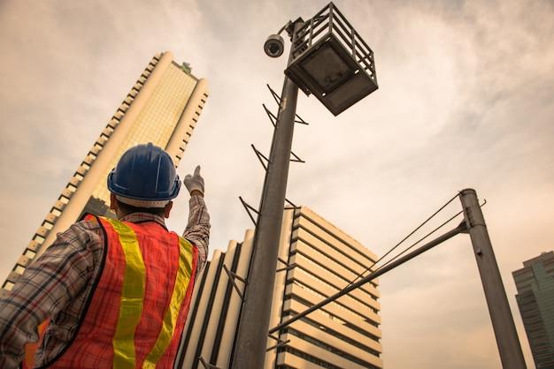 Elektricien test de elektrische installaties van de gesloten kringscamera en draden op relectric pool openlucht. Premium Foto