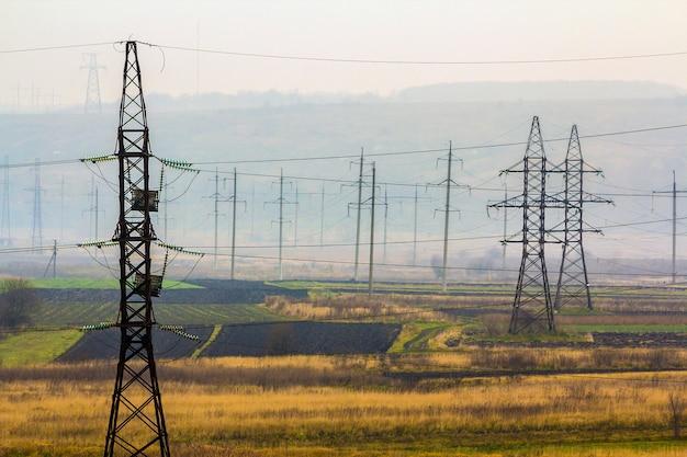 Elektriciteit transmissiekabels bij mistig weer. hoogspanningstorens Premium Foto