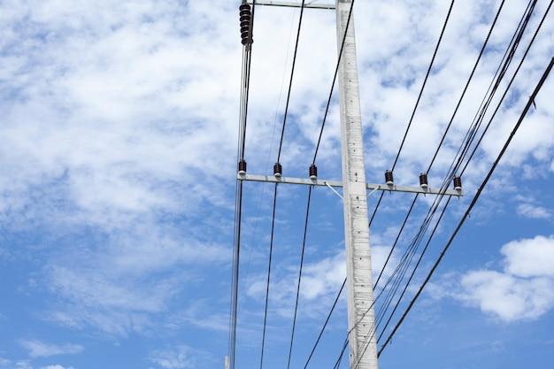 Elektriciteitspost met duidelijke blauwe hemel Premium Foto