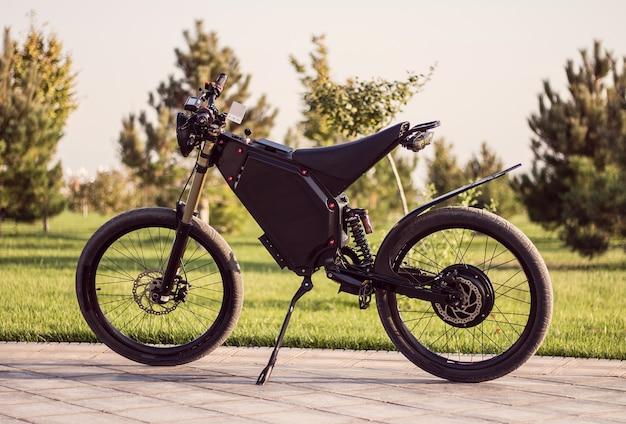 Elektrisch fietsaccu motorwiel met pedaal en achterste schokdemper. Gratis Foto