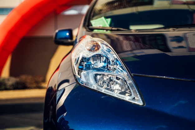Elektrische autokoplamp. hybride auto - presentatie van nieuwe modelauto's in de showroom Premium Foto
