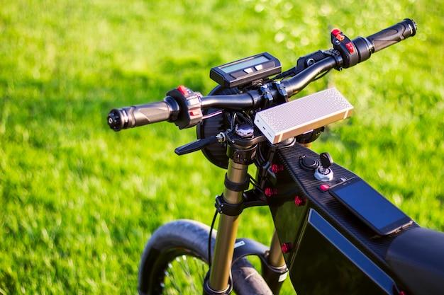 Elektrische fiets op stuurwiel met monitor en verende voorvork Gratis Foto