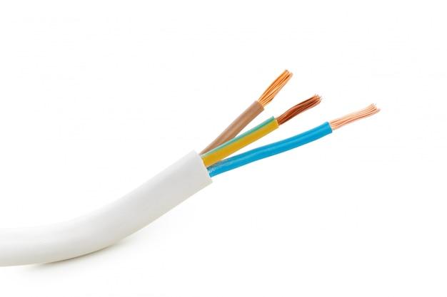 Elektrische gescreende kabel met vele draden die op wit worden geïsoleerd Premium Foto
