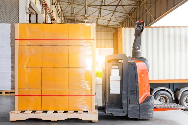 Elektrische vorkheftruckhefboom met lading palletzending lading in de vrachtwagen Premium Foto