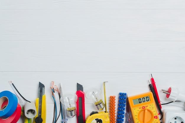 Elektronische instrumenten en multimeter op tafel Premium Foto