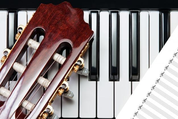 Element van de gitaar op de piano Premium Foto