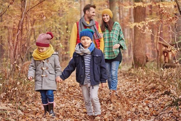 Elk gezin zou weinig tijd moeten hebben om te wandelen Gratis Foto