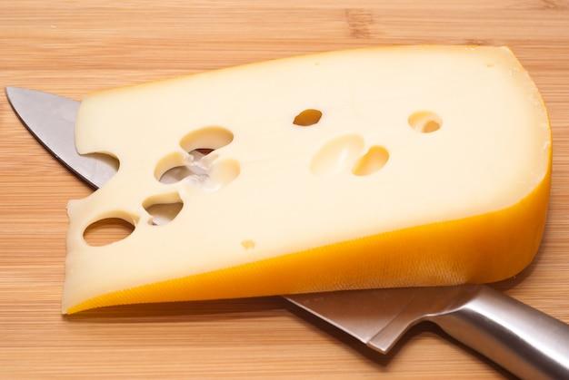 Emmenthal van zwitserse kaas Premium Foto