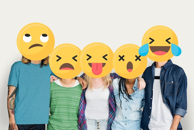 Emoji stond tegenover jonge vrienden Gratis Foto
