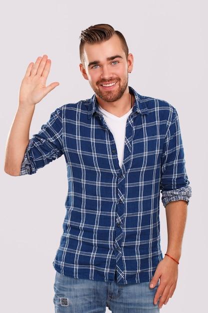 Emoties. jonge man in blauw shirt Gratis Foto