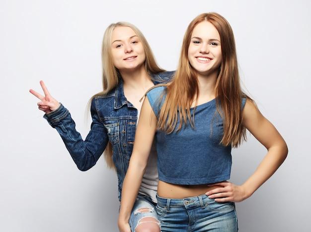 Emoties, mensen, tieners en vriendschap twee jonge tieners Premium Foto