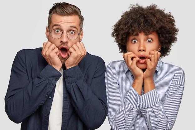 Emotioneel gemengd raspaar staart met ogen uitgesprongen Gratis Foto