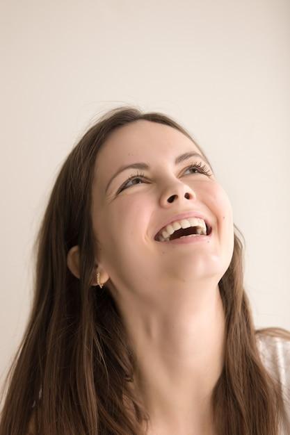 Emotioneel headshotportret van blije jonge vrouw Gratis Foto