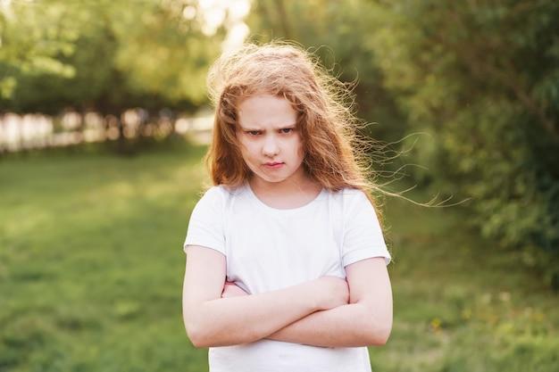 Emotioneel kind met boze uitdrukking op gezicht Premium Foto