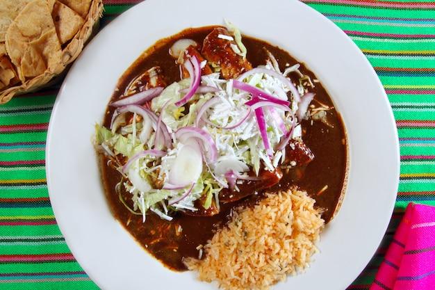 Enchiladas de mol en rijst mexicaans eten Premium Foto