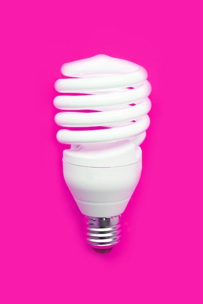 Energiebesparende lamp op roze. Premium Foto
