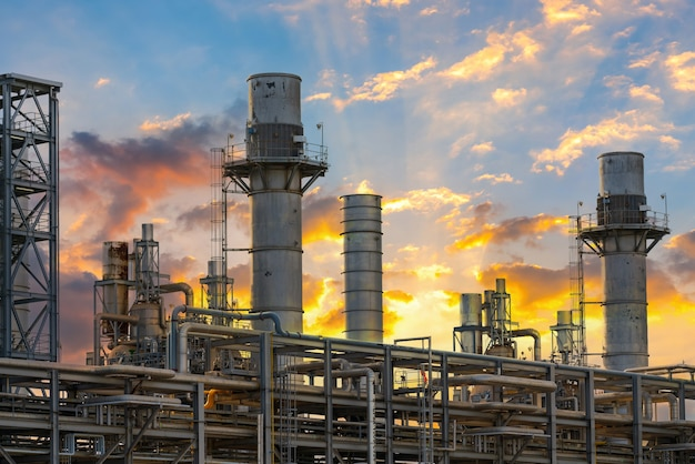 Energiecentrale voor industrieel bij schemering Premium Foto