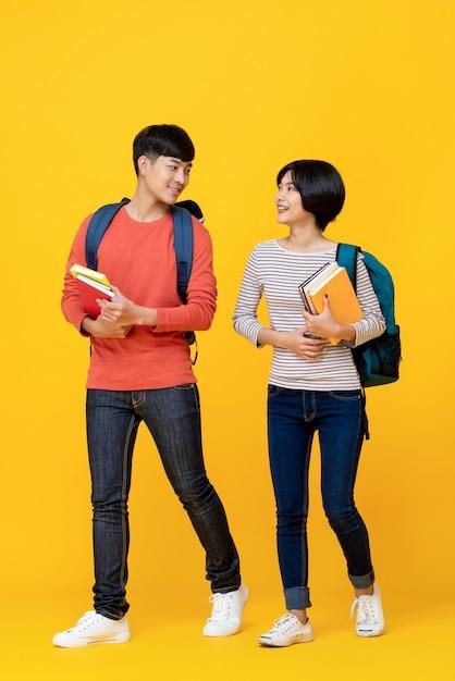 Energieke aziatische studenten die samen lopen en spreken Premium Foto
