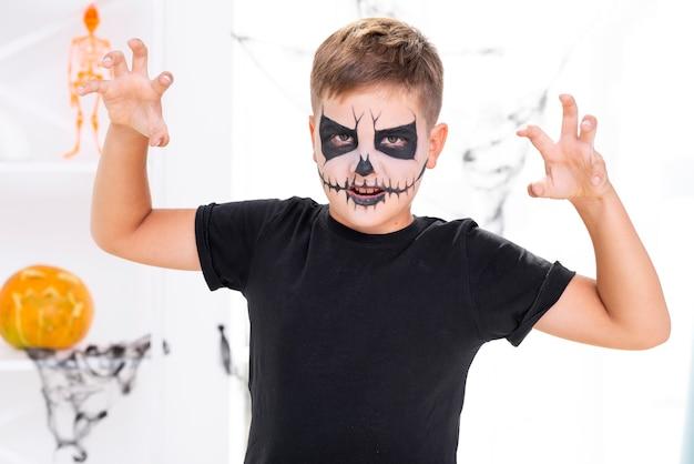 Enge jonge jongen met halloween-samenstelling Gratis Foto