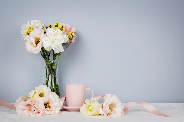 Engelse thee omringd door bloemen Gratis Foto