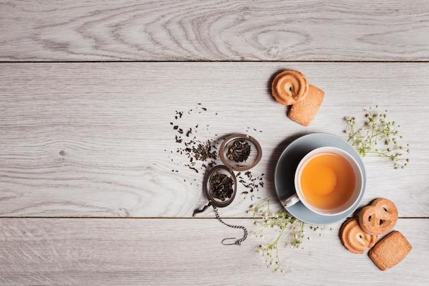 Engelse thee op houten achtergrond Gratis Foto