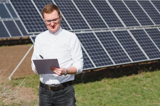 Engineer man in de buurt van zonnepaneel Premium Foto