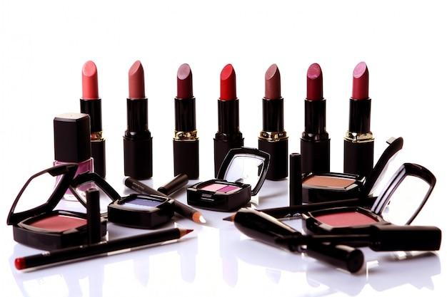 Enkele cosmetische delen op tafel Gratis Foto