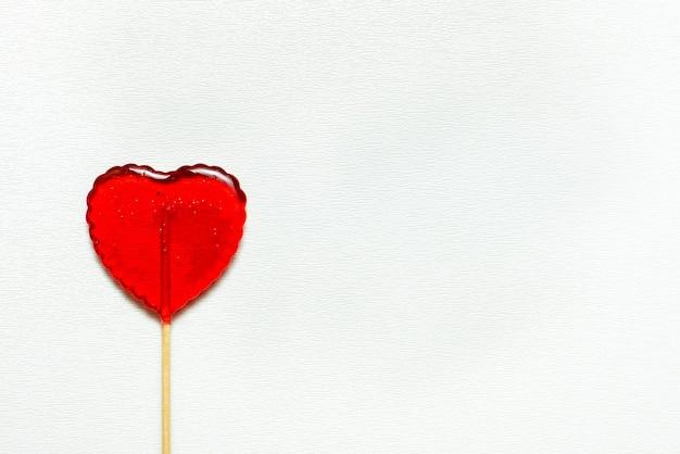 Enkele hartvormige lolly van valentijnsdag geïsoleerd op een witte achtergrond Premium Foto