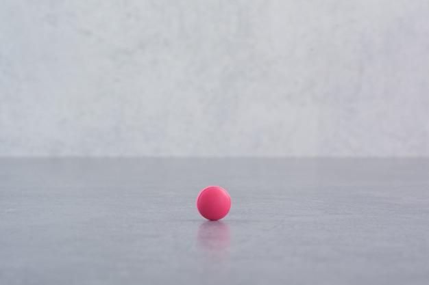 Enkele roze pil op marmeren tafel. Gratis Foto